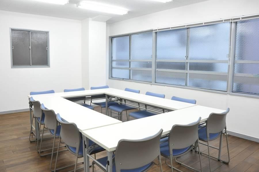 【神田】複数路線利用可能!落ち着いた雰囲気の中で話し合える12名会議室の写真
