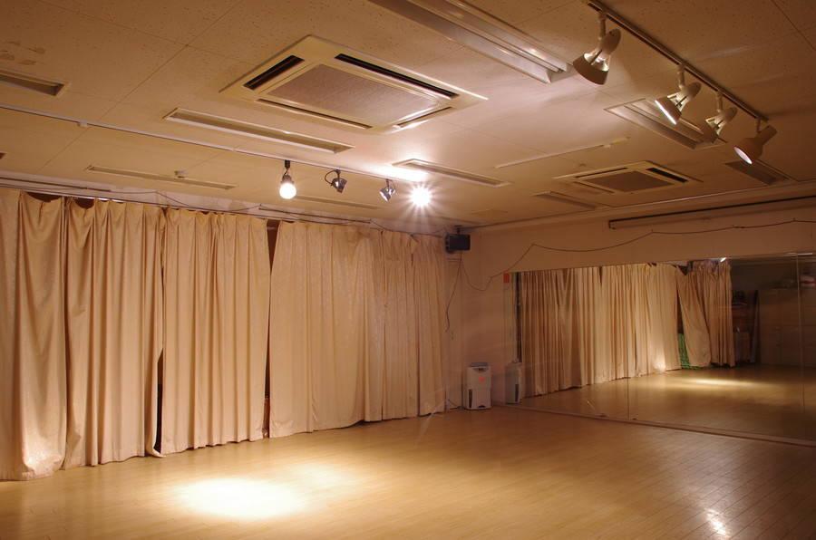 【吉祥寺駅・徒歩5分】スポットライト、簡易防音の多目的スペース。ダンスやヨガ、瞑想、ワークショップ、ミニライブ、発表会にも