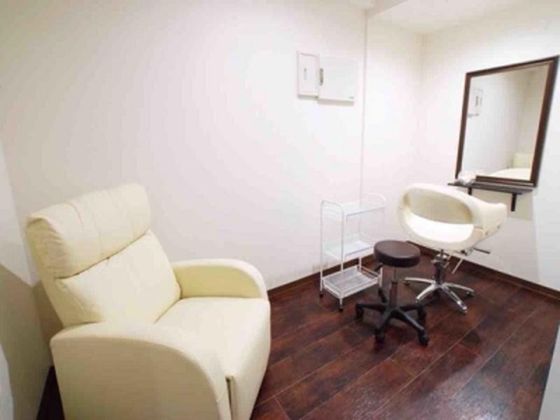 サロン内個室のレンタル、エステ、整体、ネイルや各セラピーなどマンツーマン施術に最適♪約10平方メートルのプライベート空間です。只今年中無休、24時間レンタル中♪
