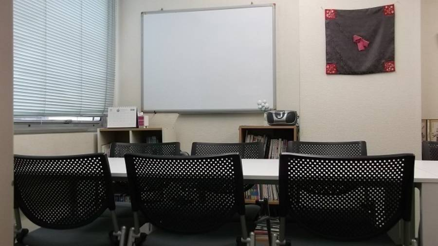 新宿3丁目レンタルスペース 中会議室 駅から徒歩30秒の駅チカ、窓あり(中会議室)、有人対応の格安会議室
