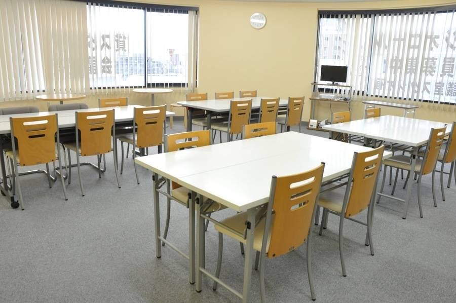 【北浦和】駅徒歩1分で駅チカ!飲食可能〇開放的な20名会議室