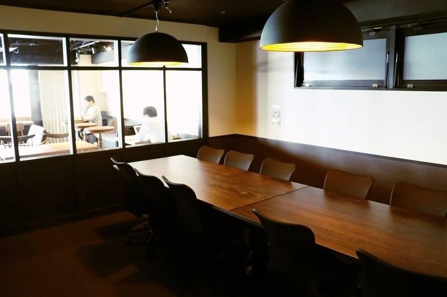 【新橋駅 30秒】~22名収容! Wi-Fi / TVモニター / ドリンクバー完備で実質お得!会議の生産性を高める(RoomB+C)の写真