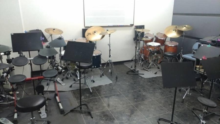 【新宿三丁目駅徒歩3分】ヤマハの楽器練習室 ドラムを無料レンタル!