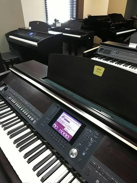 """【渋谷駅徒歩7分】ヤマハの音楽練習室 ROOM12 ―電子ピアノ """"クラビノーバ""""が並ぶ部屋!たくさんの鍵盤を使ったアンサンブルもできます。"""