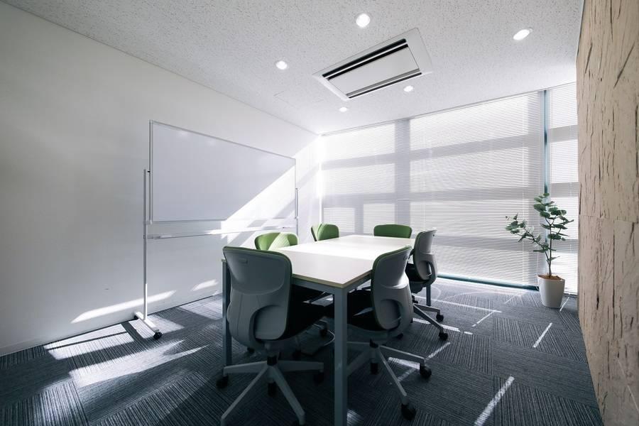 【フリードリンク・wi-fi完備、プロジェクター無料貸出】C-WORK 小会議室