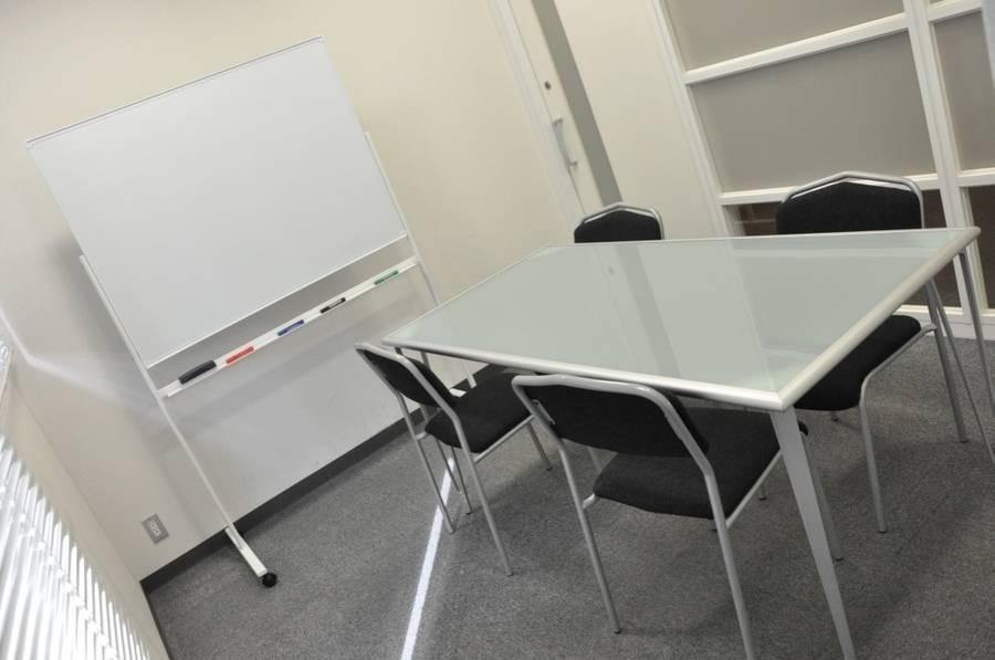 【本町駅近】フリースペース付き!貸し会議室(~4名)【会議室301】の写真