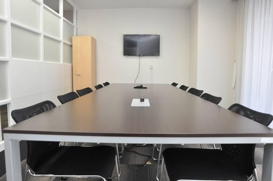 【本町駅5分】控室付き!重厚感のある会議室【会議室201】の写真