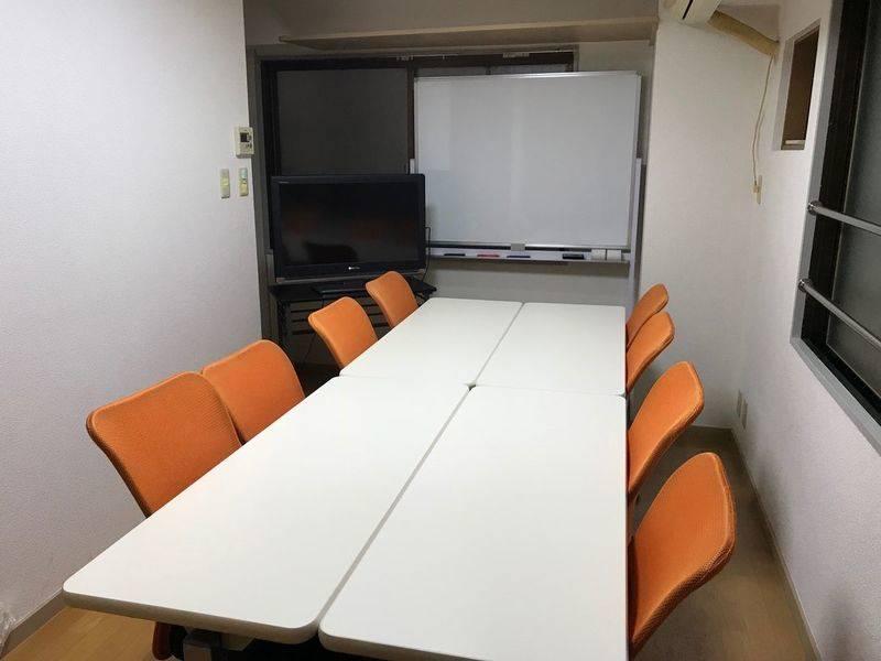 【目黒駅から最も近い!最安!PCディスプレイ!大型の鏡(姿見)!駅から約80m・45秒】完全個室の会議室/8席/ホワイトボード