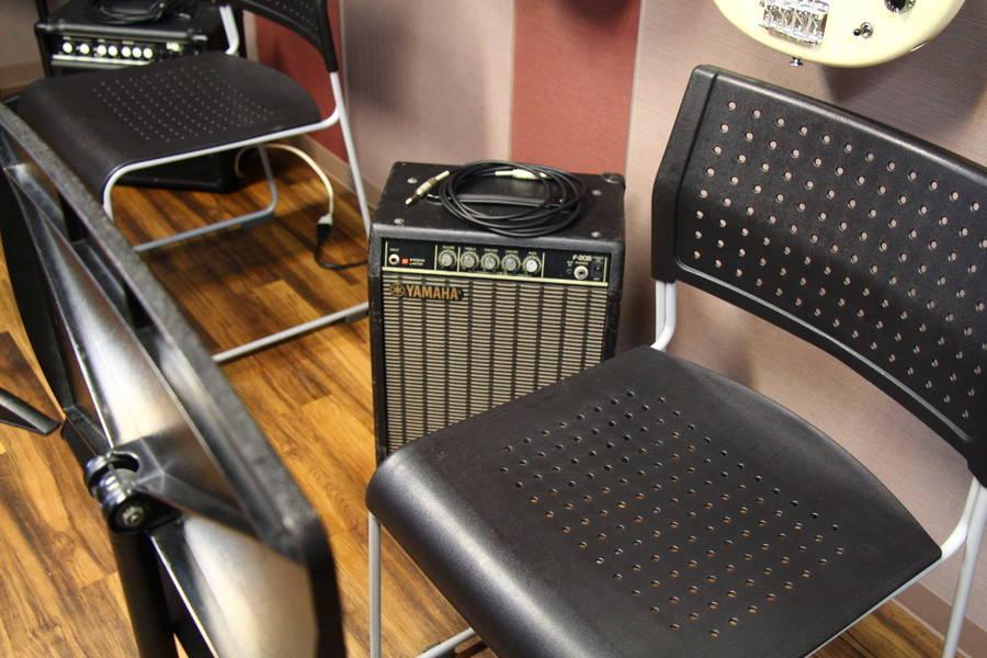 【渋谷駅徒歩7分】ヤマハの音楽練習室 ROOM10 ―ヤマハBBベースなど、エレキベースを弾き比べできます!
