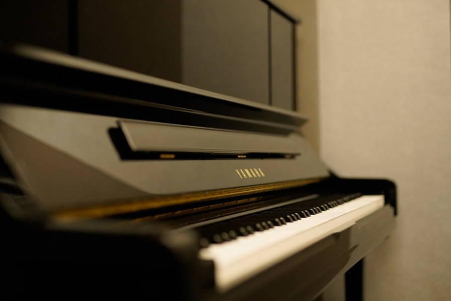 【渋谷駅徒歩7分】ヤマハの音楽練習室 ROOM18 ―手ぶらで楽器練習♪備え付けのチェロ・コントラバスを使えます。弦楽器の練習にオススメです。