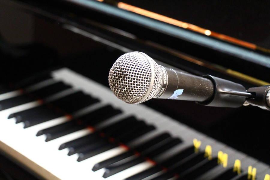 【渋谷駅徒歩7分】ヤマハの音楽練習室 ROOM19 ―ピアノ弾き語りに最適。グランドピアノC1Xと鏡があり、マイクも使えます。