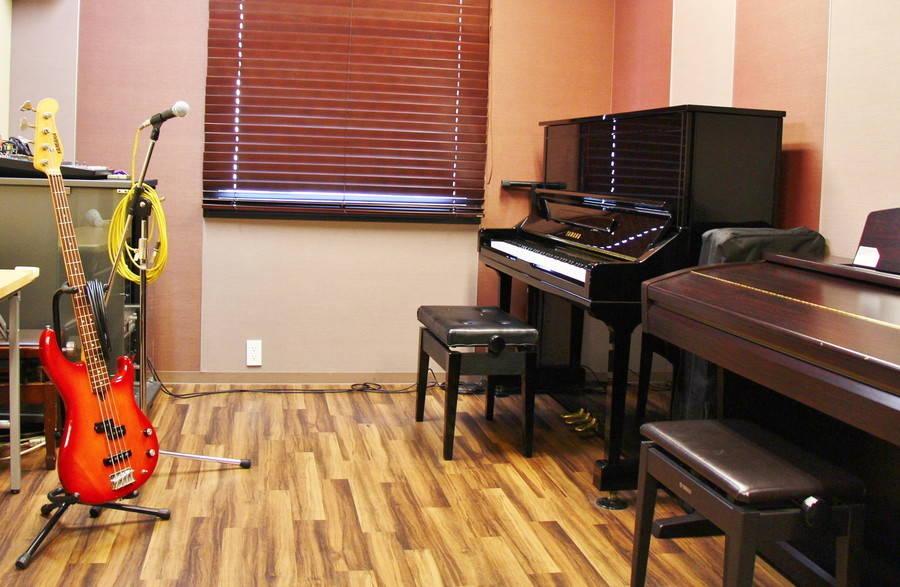 【渋谷駅徒歩7分】ヤマハの音楽練習室 ROOM14 ―4人まで利用でき多目的に使えます。アンサンブルなどの練習にオススメ♪ピアノやベースのほか、机・椅子・PA機材も。の写真
