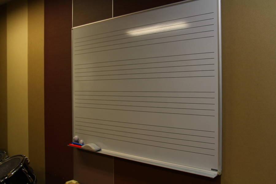 【渋谷駅徒歩7分】ヤマハの音楽練習室 ROOM14 ―4人まで利用でき多目的に使えます。アンサンブルなどの練習にオススメ♪ピアノやベースのほか、机・椅子・PA機材も。