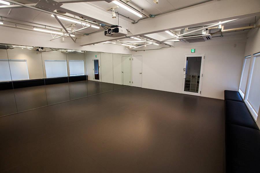 無料備品充実!!白を基調とした高級感ある明るいスタジオです。独立したスペースの為、会議・打合せなど様々な用途でご利用いただけます。の写真