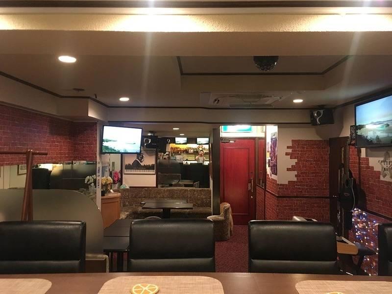 赤坂見附駅徒歩1分、カラオケスナックUTANOB。大人の隠れ家的雰囲気で昼パーティー、オフ会、カラオケ教室に最適!