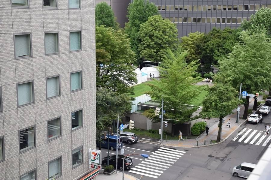 【札幌 大通駅から3分の好立地】札幌 大通駅から徒歩3分の好立地。窓からは大通公園も見えて『気分爽快』!完全個室で非常に奇麗な会議室です。Wifi・プロジェクター等全て無料でご使用いただけます!