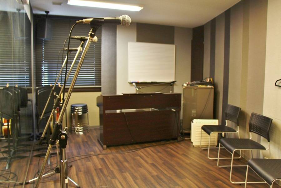 【渋谷駅徒歩7分】ヤマハの音楽練習室 ROOM4 ―5人なら一人あたり1時間200円!鏡を見ながらの歌合わせや、管楽器の音出しに最適です。伴奏の設備も充実♪