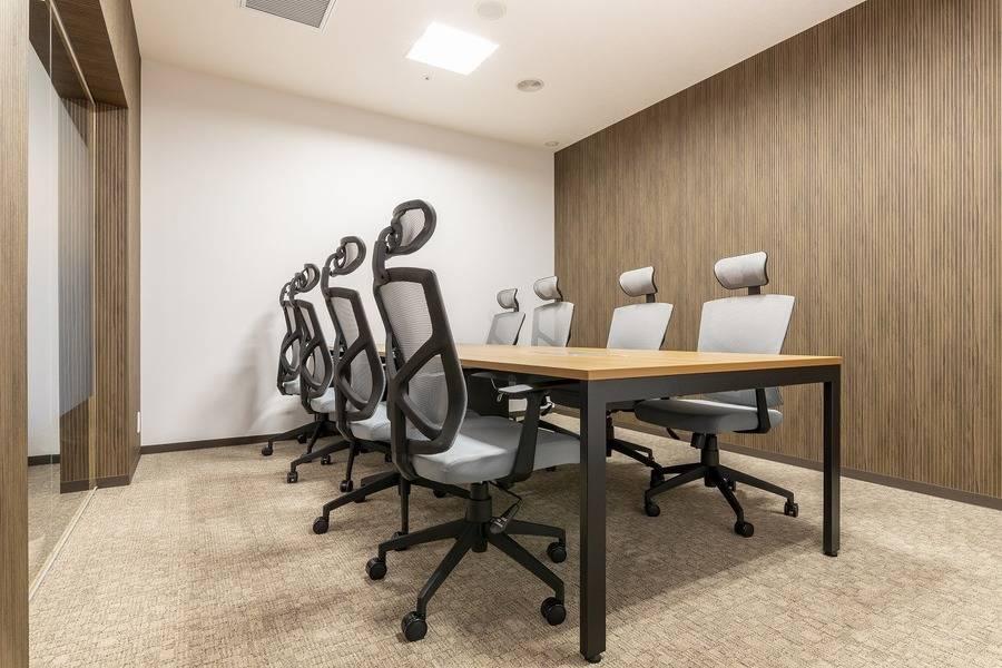 【江戸堀センタービル】コワーキングスペース内の8名様用会議室の写真