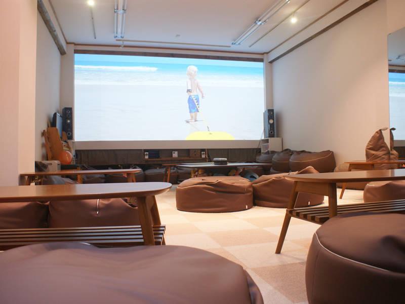 Cafe & Bar 併設、200インチ大画面シアター!映画鑑賞や上映会に最適!