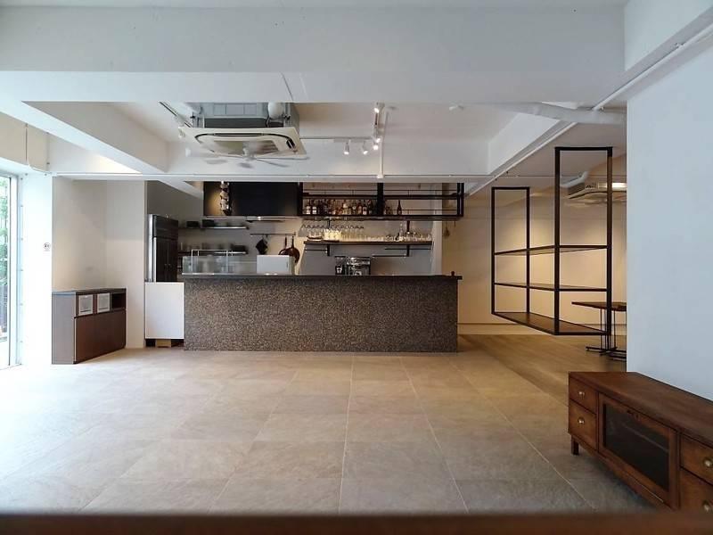 自然光の差し込むお洒落なガラス張りダイニングスペース―N's Garden&Lounge 1階