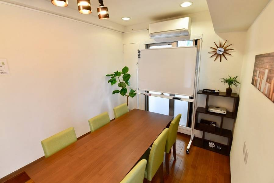 〈エキチカ会議室 リーフ〉名古屋駅徒歩2分/カフェのような空間/WIFI,プロジェクター無料/8名収容