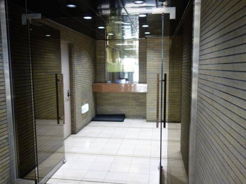大阪メトロ 阿波座駅1番出口徒歩4分 ドラッグストア、コンビニも近く便利10人掛けの大テーブル、ホワイトボード、プロジェクタ完備 会議室としてもご利用頂けます。