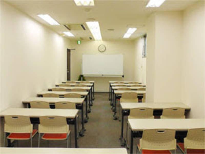 【川崎】白が基調の清潔感ある室内!セミナーやワークショップにおすすめ貸し会議室(30名)