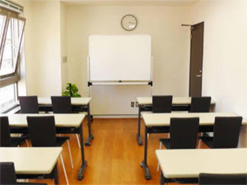 【川崎】白と黒を基調とした室内!セミナーや勉強会におすすめ貸し会議室(16名)