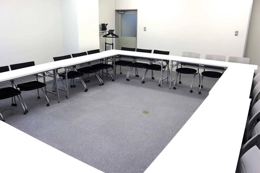 【OPEN記念!新宿三丁目徒歩2分】36人までの超格安会議室!ミーティング、レッスン、セミナー、オフ会など最適なスペースです 無線LAN ホワイトボード プロジェクター【新宿駅徒歩圏内!】