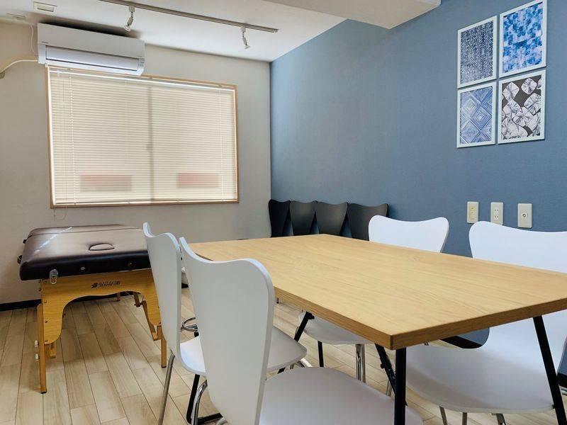 東中野駅30秒! 施術用ベッドと小さなミーティングスペースのあるお部屋。出張サロン、ミニセミナー、少人数の会議に! 整体師を目指す方の練習用スペースとしてもご利用いただけます。【まちの会議室★東中野】<インディゴ>