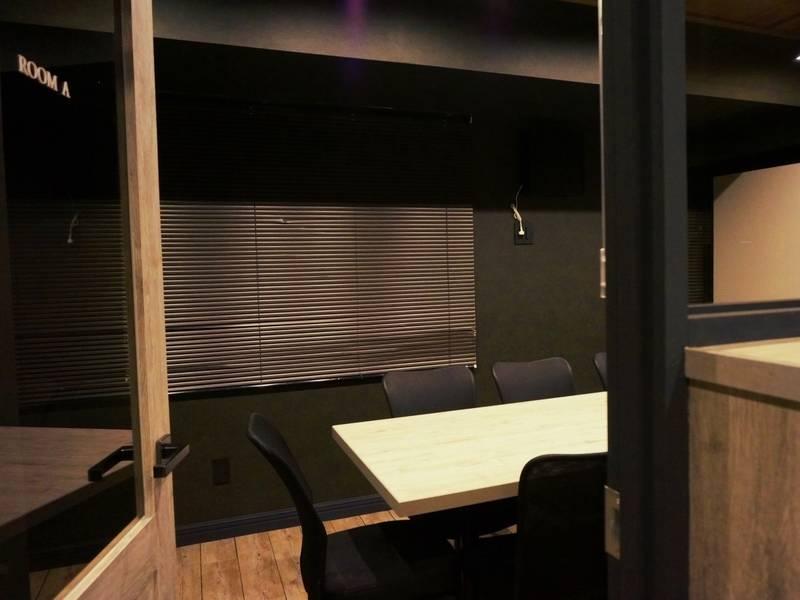 電源・Wi-Fi完備!モニター・ホワイトボード無料貸出!8名まで入室可能な会議室(RoomA)