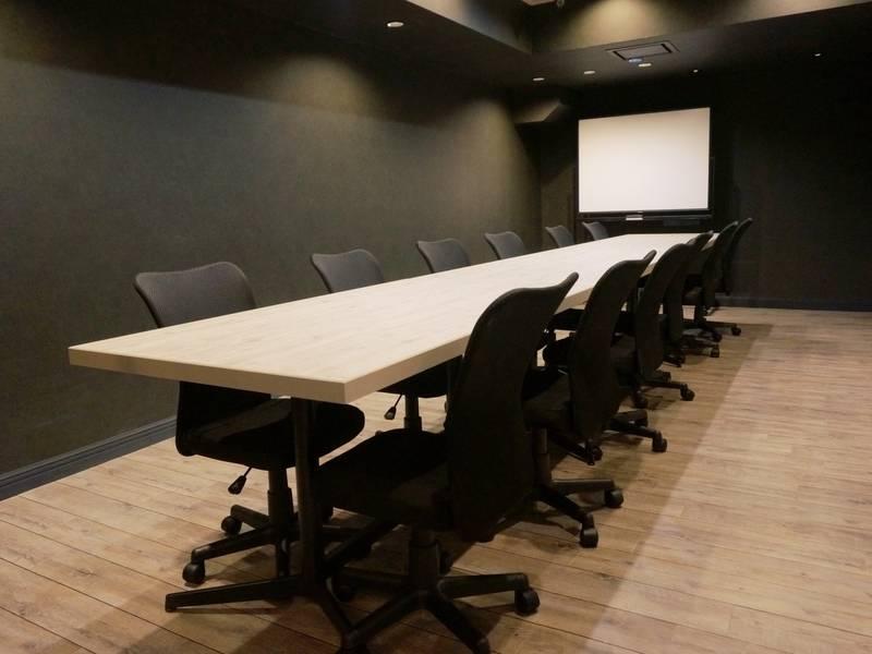 電源・Wi-Fi完備!モニター・ホワイトボード無料貸出!12名まで入室可能な会議室(RoomB)