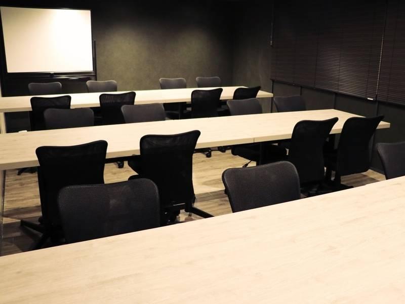 電源・Wi-Fi完備!モニター・ホワイトボード無料貸出!24名まで入室可能な会議室(RoomC)