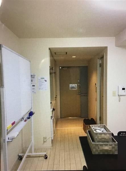 渋谷 宮益坂 ヒカリエから4分 WIFI プロジェクター ホワイトボード無料 ❗️白壁・白床で囲まれたスペースのためヨガ・写真撮影等にも最適‼️少人数でのミーティングからセミナー・会議・各種教室・ワークショップ・勉強会などにもご利用いただけます。