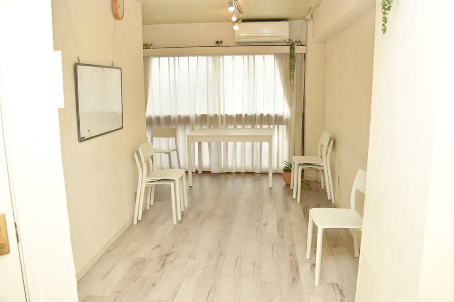 {スペースコナ銀座2階}歌舞伎座からすぐ。室内は自然素材を使用。Wifi,プロジェクター無料。会議、教室、演奏レッスン、セミナー、お茶会などの多目的スペースです。全面窓になっていて、5月リニューアルopne。