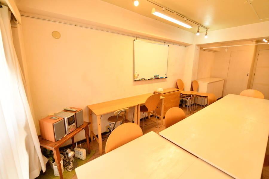 {スペースコナ銀座3階}歌舞伎座からすぐ。室内は自然素材を使用。Wifi,プロジェクター無料。会議、教室、演奏レッスン、セミナー、お茶会などの多目的スペースです。全面窓になっていて、5月リニューアルopne。