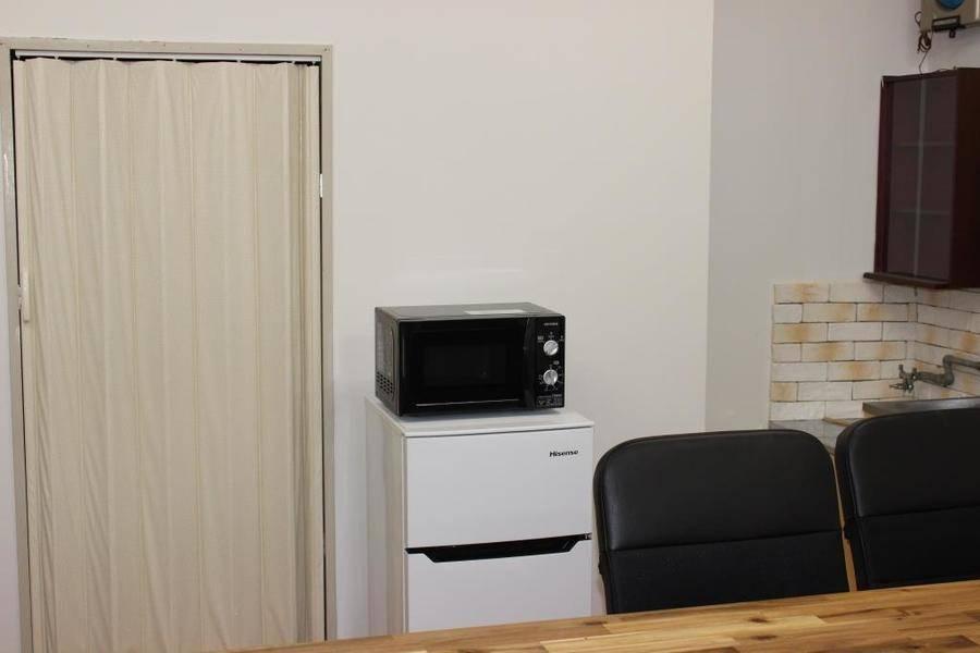 会議室、教室、小パーティにも最適、超大型ホワイトボード、大型テレビ、ソファーで長時間でも集中できる会議室です。