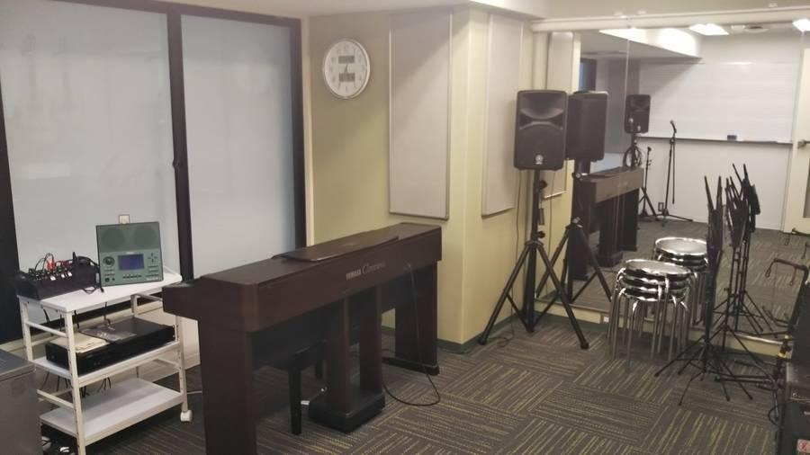 【梅田駅徒歩2分】ヤマハの音楽練習室 ~電子ピアノ・エレキベースが弾ける・ボーカルが練習できる部屋~ROOM12