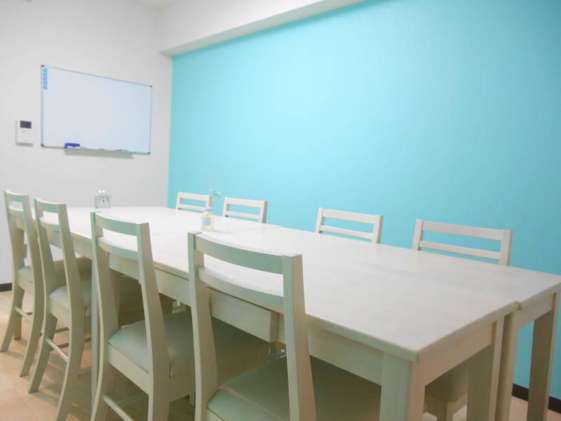 [ティアラカフェ☕][新宿西口1分] ティファニーブルーの壁紙が上品なカフェ風スペース